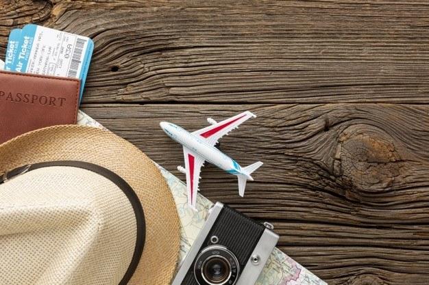 Билеты, самолет, фотоаппарат, шляпа