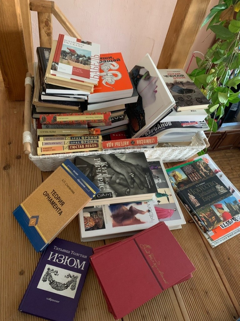 Книги лежат на полу