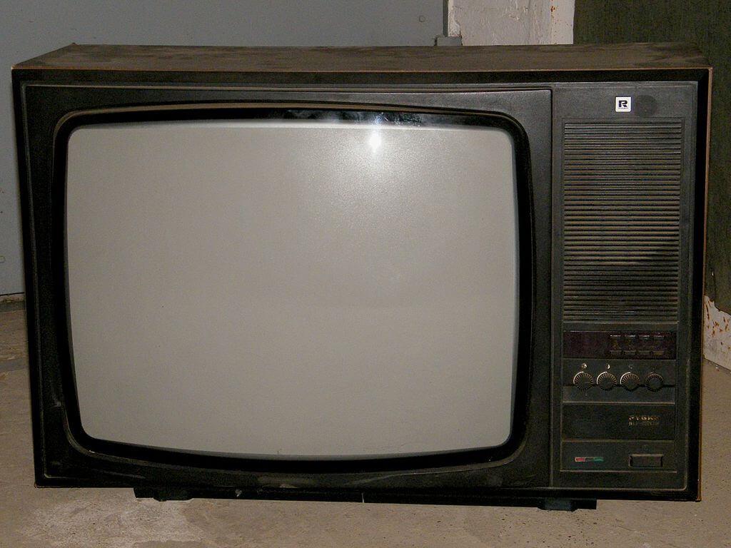 Image for Телефон мы уже купили, поэтому теперь купим, например, телевизор. В одном магазине он стоит 15 тысяч, в другом - 15 с половиной, но зато дают в подарок утюг. В каком магазине вы сделаете покупку, если утюг у вас уже есть?