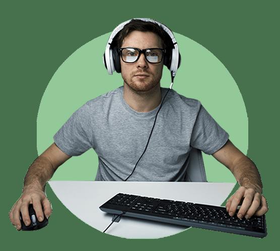 Человек играет на компьютере