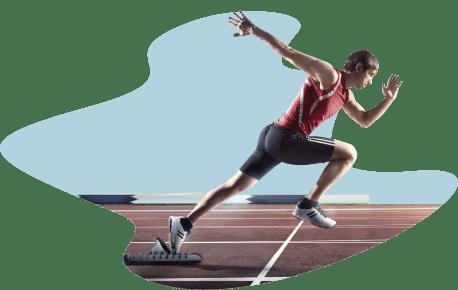 Человек -атлет бежит по дорожке