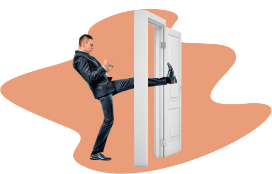 Работник вышибает дверь ногой
