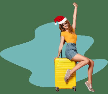 девушка сидит на чемоданах в новогоднем колпаке