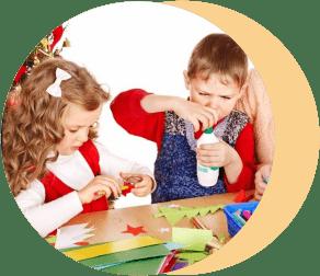 дети мастерят новогодние игрушки