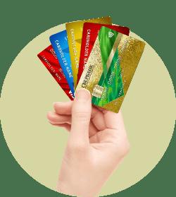 Банковские карты в руке веером