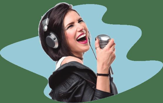 девушка с черными волосами поёт