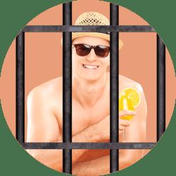 мужчина с коктейлем за решеткой