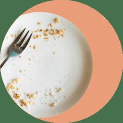 тарелка с крошками от пирога