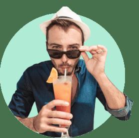 Мужчина с коктейлем