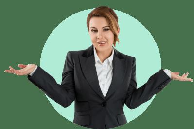 женщина в деловом костюме разводит руками