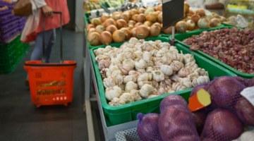 чеснок и другие продукты в магазине